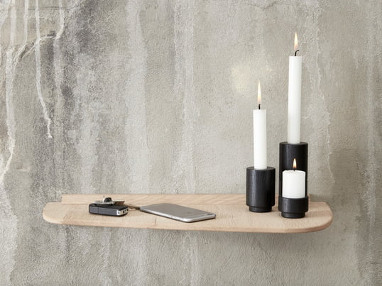 The Create Me tea light holder in two different sizes made of oak and the Create Me candleholder in black cut a fine figure on the wall shelf by Andersen Furniture.