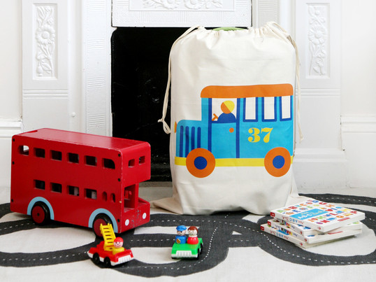 The toy bag by the manufacturer byGraziela with its playful, beautiful motifs is not only a great dab of colour in the nursery, but also easily creates tidiness.