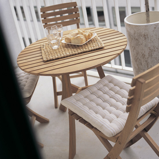 Space-saving elegance with the Skagerak Vendia table and chairs