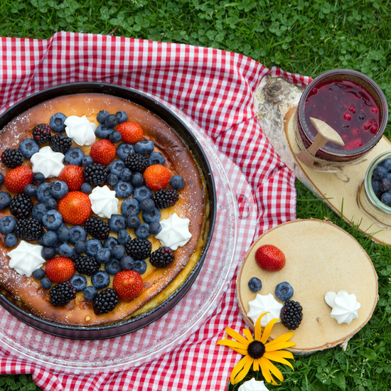 The Cucina baking and serving dish with fruity cheesecake