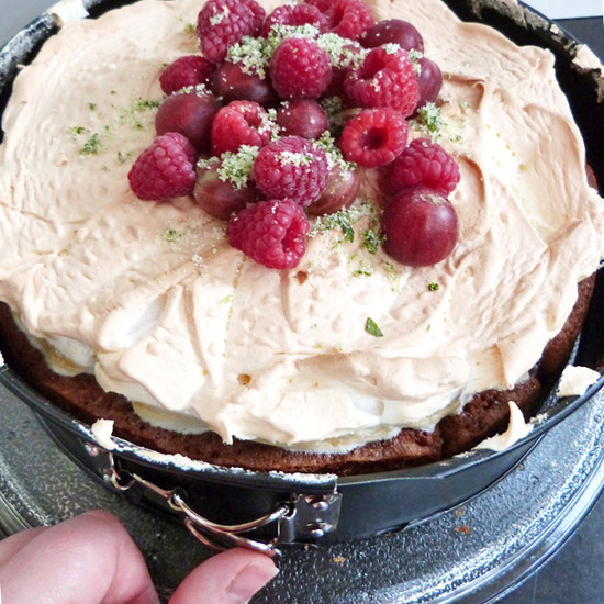 Fruity meringue cake – baked in the Cucina baking and serving dish