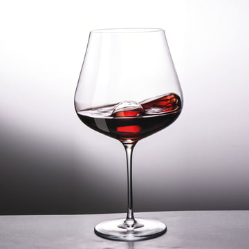 Red wine glass with decantation sphere made of glass